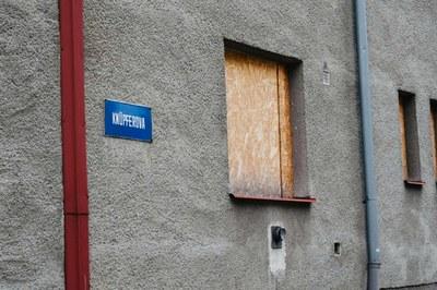 Dům s nepřizpůsobivými nájemníky kupuje obvod