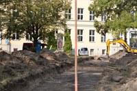 Začala revitalizace parčíku před farou včetně Hozovy ulice
